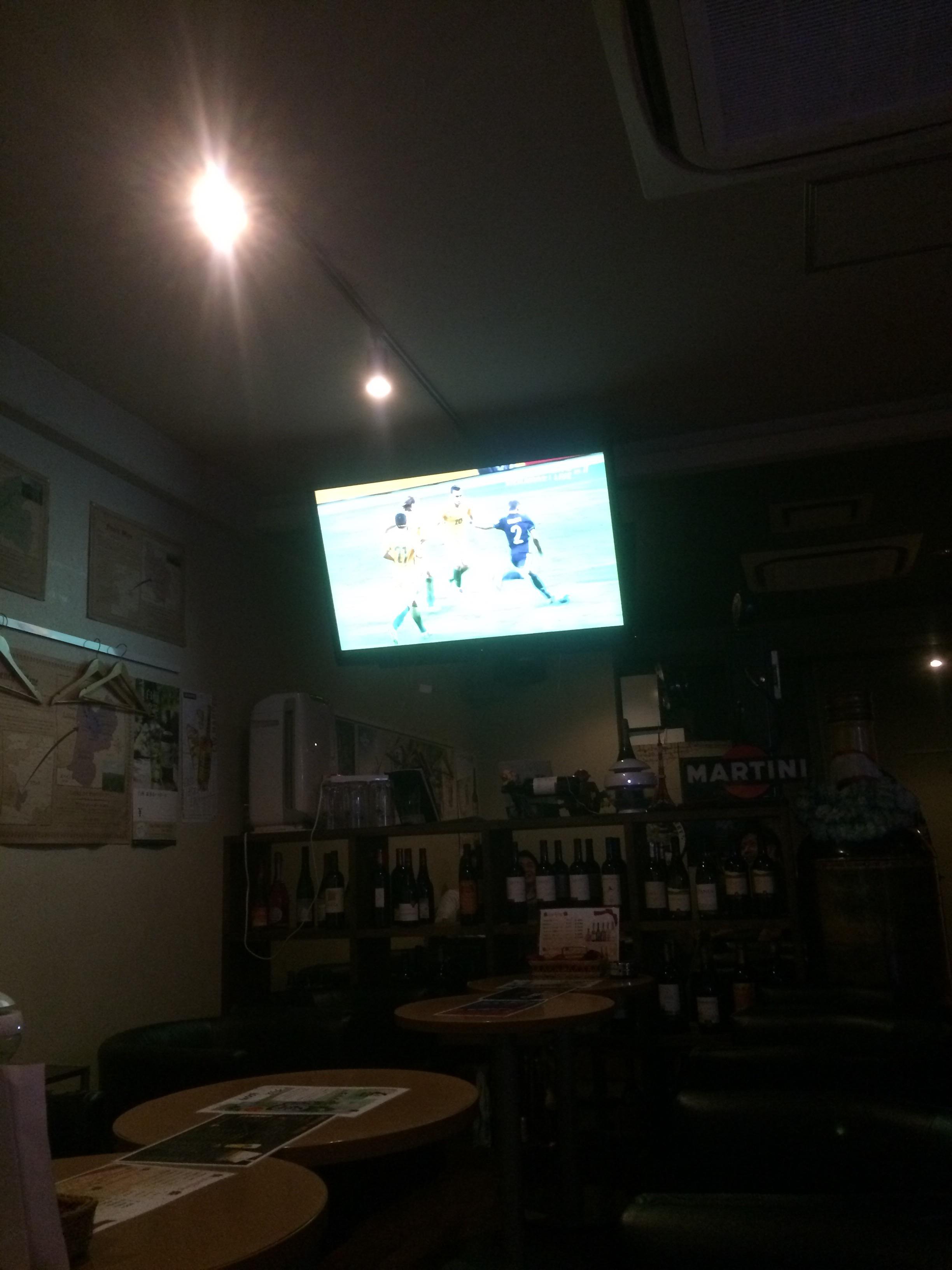 ワインバーでサッカー観戦